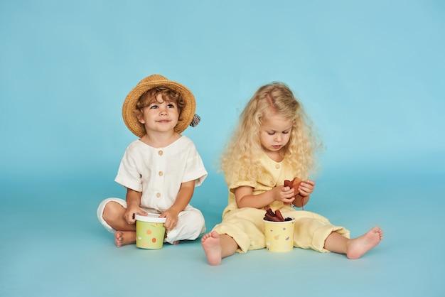 Due ragazzino e una ragazza dentro con le scatole di carta. idea di design e pubblicità per il packaging.