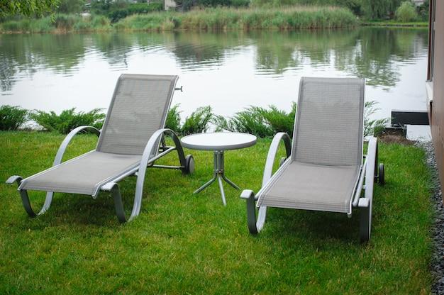 Due sedie a sdraio sulla riva del fiume