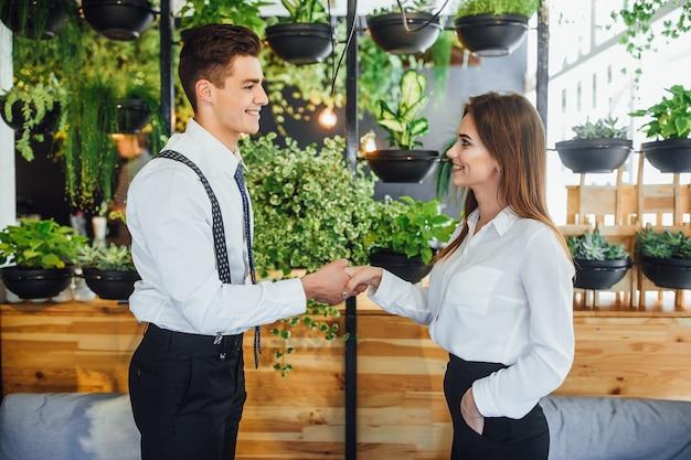 Due soci d'affari che si incontrano nella caffetteria.