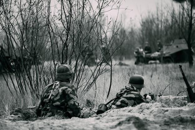 Due soldati della wehrmacht nelle trincee si stanno difendendo
