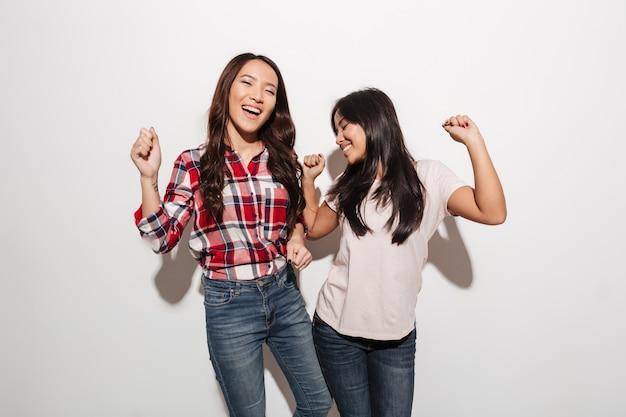 Due sorelle asiatiche piuttosto emotive delle signore