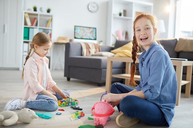 Due sorelle che giocano a casa