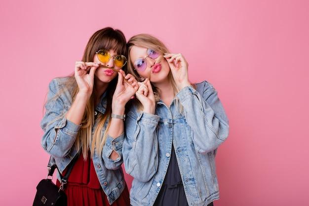 Due sorelle che si divertono e fanno una smorfia