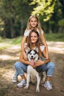 Due sorelle con il loro cane nel parco