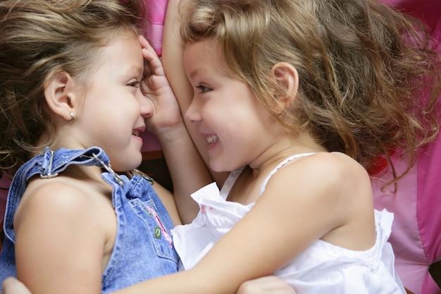 Due sorelle gemelle in un abbraccio, da vicino