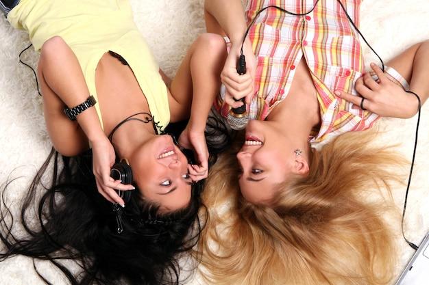 Due sorelle giovani e belle