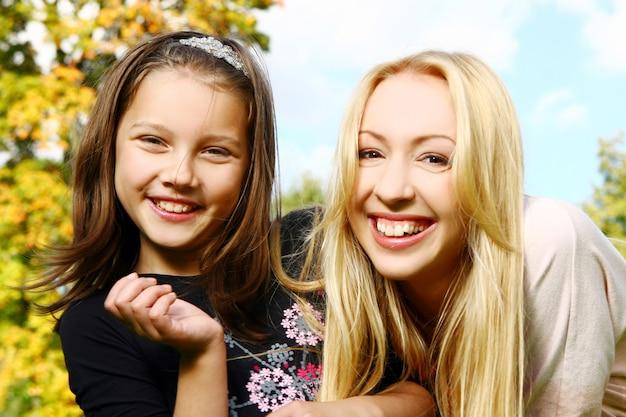 Due sorelle si divertono nel parco