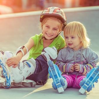 Due sorelline in pattini a rotelle
