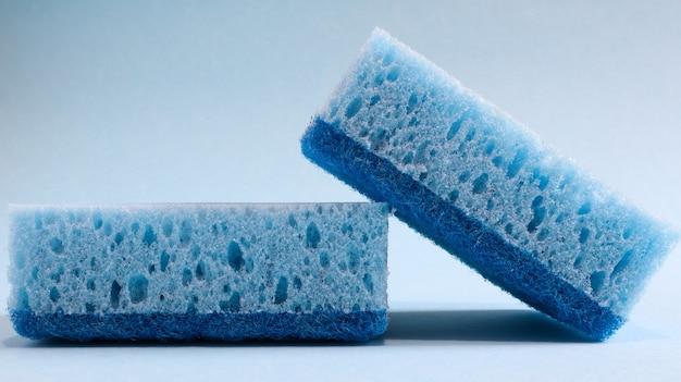 Due spugne blu utilizzate per lavare e cancellare lo sporco utilizzate dalle casalinghe nella vita di tutti i giorni.