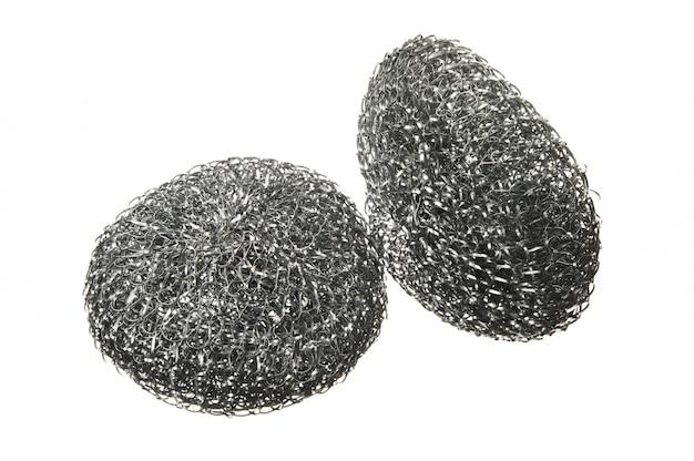 Due spugne metalliche per lavaggio stoviglie isolate