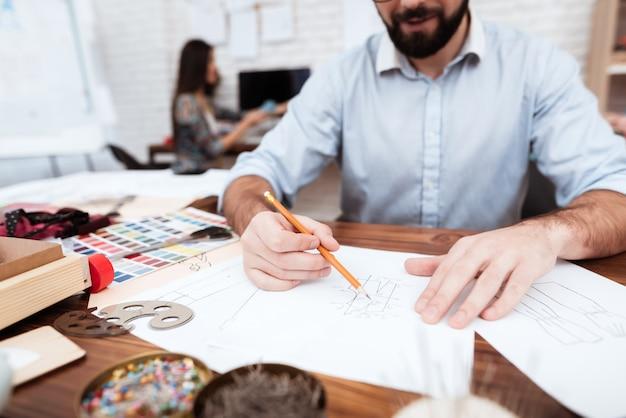 Due stilisti che attingono carta.