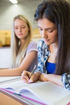 Due studenti seri che lavorano insieme nell'università