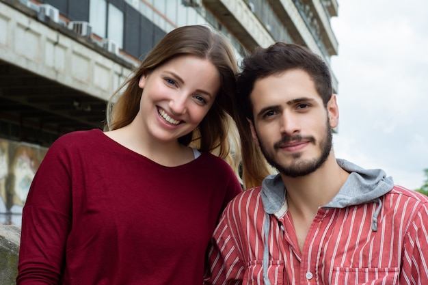 Due studenti universitari che studiano insieme all'aperto