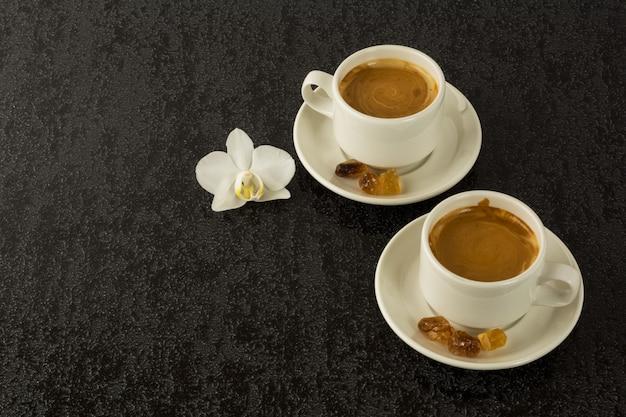 Due tazze bianche di caffè forte al mattino