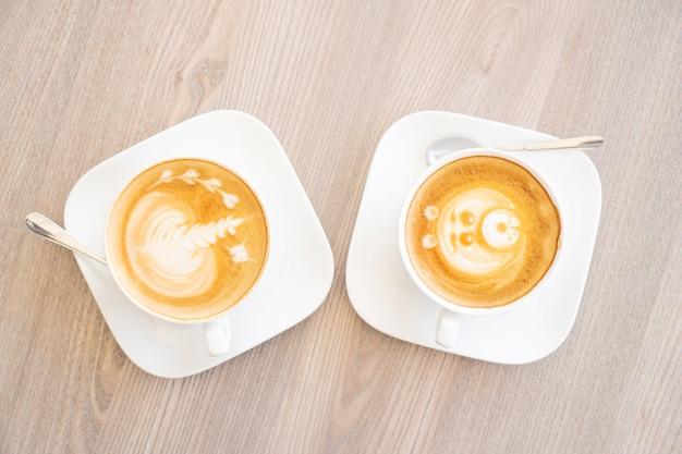 Due tazze bianche di gustoso cappuccino.