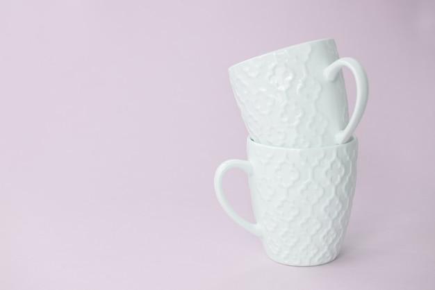 Due tazze bianche l'una nell'altra