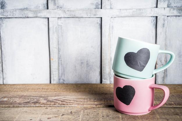 Due tazze da tè con cuori di lavagna