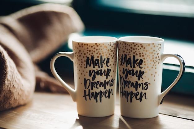 Due tazze decorative creative con tè o caffè caldi.
