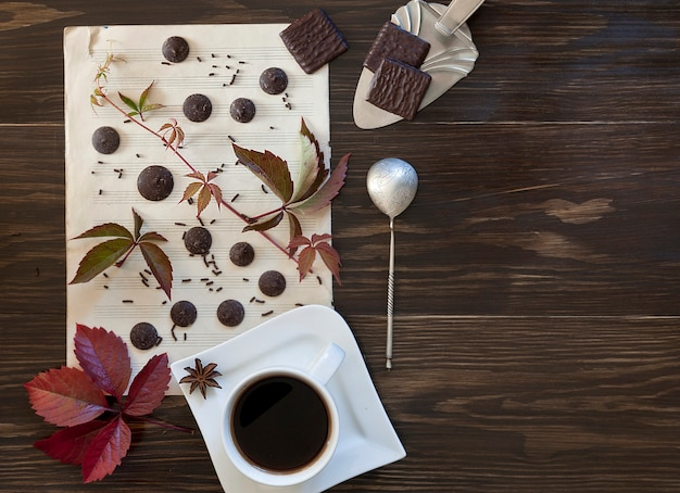 Due tazze di caffè con i biscotti con le foglie colorate autunno.