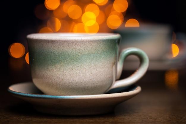 Due tazze di ceramica sopra luminose