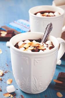 Due tazze di cioccolato al latte di mandorle