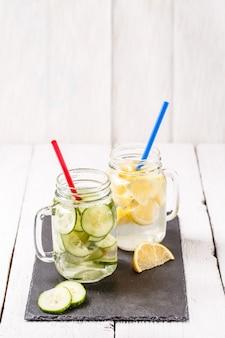 Due tazze di disintossicante infuso dieta acque rinfrescanti: con cetriolo e limone