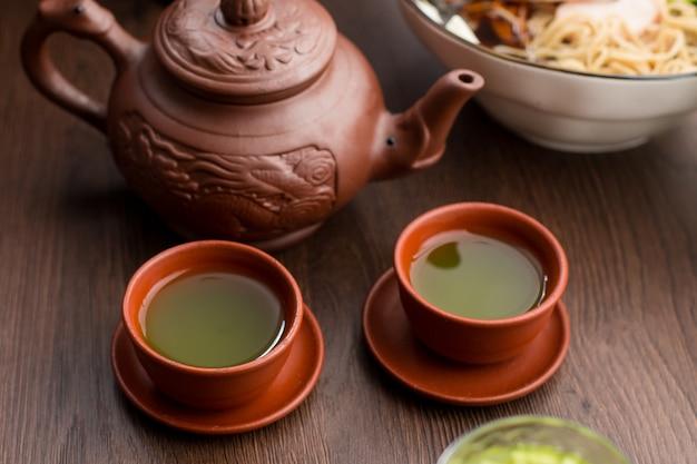 Due tazze di tè matcha in un ristorante