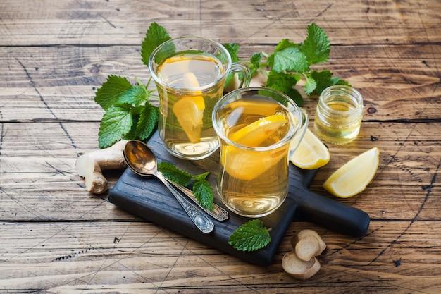 Due tazze di tisana naturale zenzero limone menta e miele copia spazio
