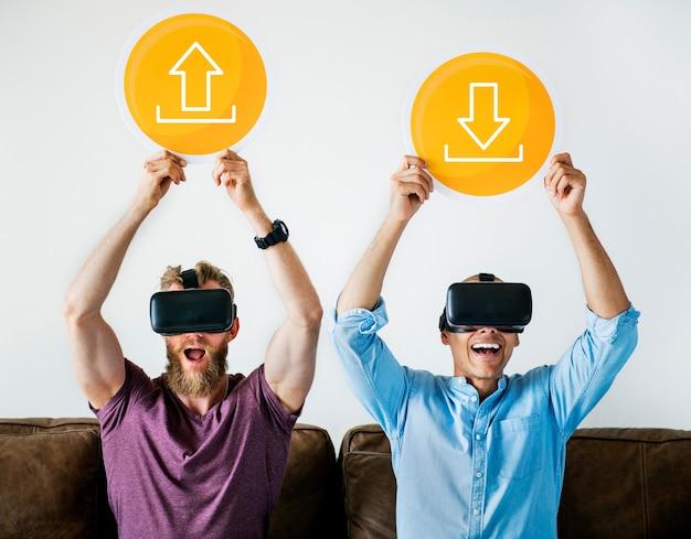 Due uomini con occhiali vr in possesso di segni tecnologici