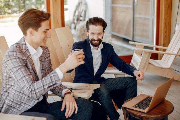Due uomini d'affari che lavorano in ufficio