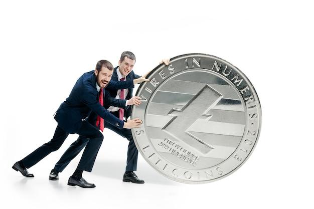 Due uomini d'affari che tengono l'icona di affari
