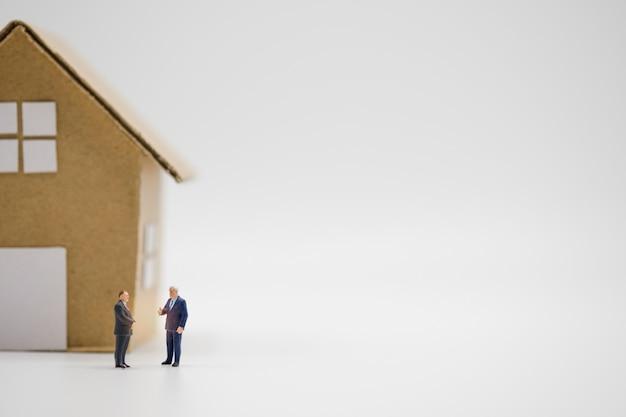 Due uomini d'affari discutono di casa