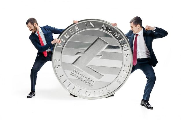 Due uomini d'affari in possesso di bitcoin