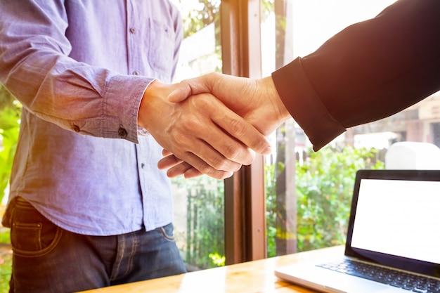 Due uomini d'affari stringendo la mano