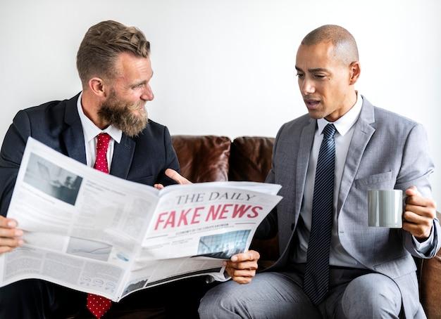 Due uomo d'affari seduto su un divano