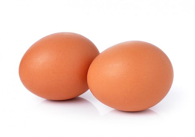 Due uova isolate su spazio bianco