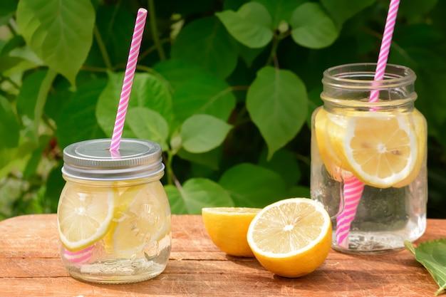 Due vasetti con limonata e cannucce rosa