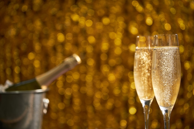Due vetri del champagne sul bokeh di natale