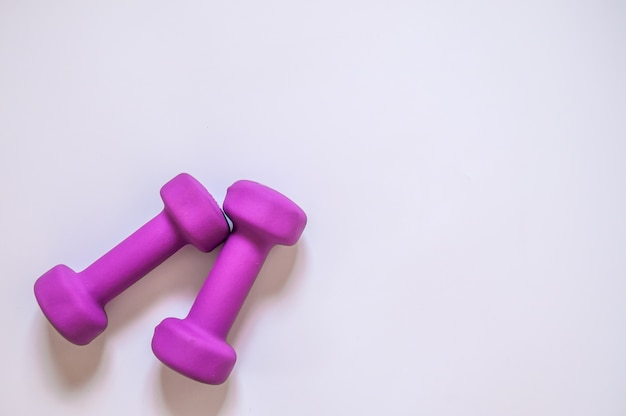 Dumbbells viola, concetto di fitness isolato su sfondo bianco, concetto di fitness isolato su sfondo bianco, sport, body building. concetto sano stile di vita, sport e dieta. equipaggiamento sportivo. copia spazio