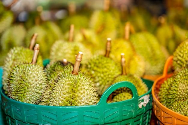 Durain frutta nel carrello per la vendita