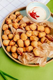Dushbara fritto servito con salsa