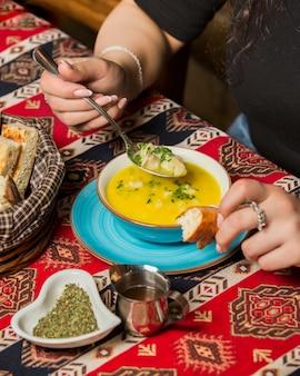 Dushbere fresco con pane sul tavolo