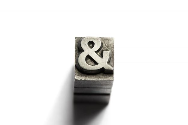 E firmare l'alfabeto in metallo