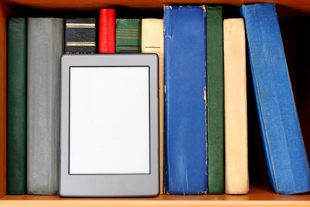 Ebook e vecchi libri sullo scaffale per libri