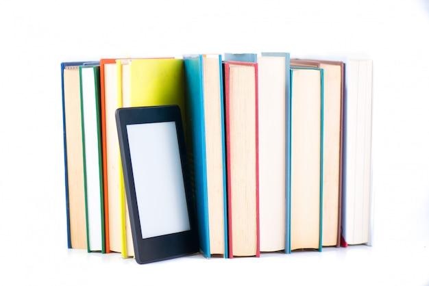 Ebook tra i libri di carta. nuovo concetto di tecnologia