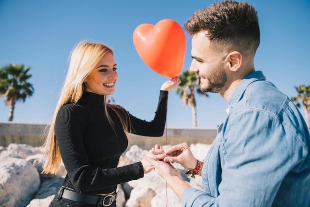 Eccitato giovane coppia decidendo di sposarsi