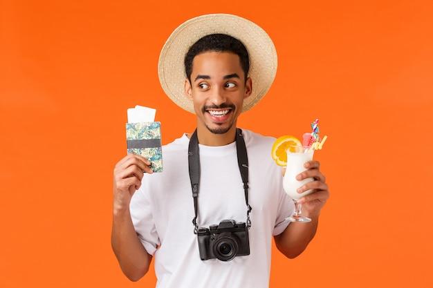 Eccitazione, stupore, concetto di viaggio. studente maschio afroamericano divertente allegro