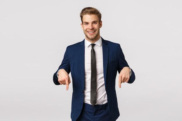 Ecco cosa ti serve. uomo d'affari felice alla moda bello