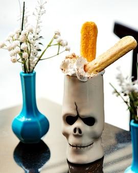 Eclairs con crema sul tavolo