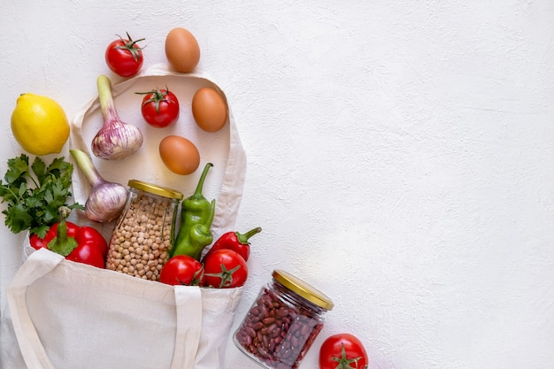 Eco bag in tessuto, vasetti di vetro e prodotti eco-compatibili